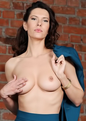 Elegant And Erotic Suzanna A